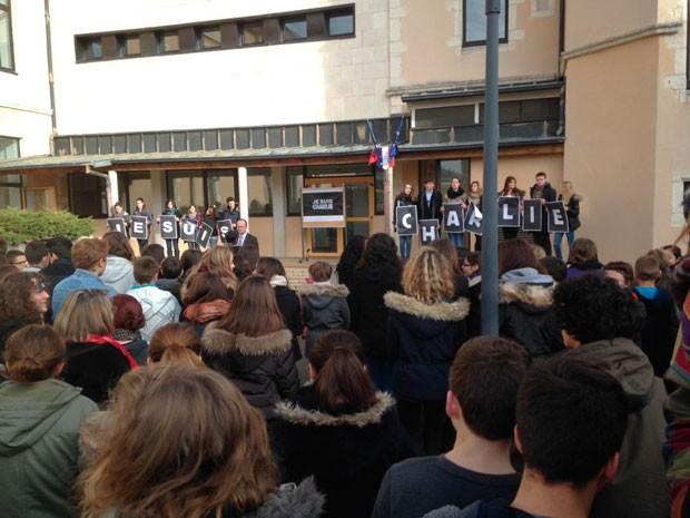 jesuischarlie-rassemblement-lycee-laprats-cluny-8jan2014-midi