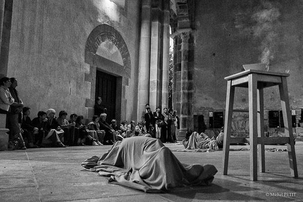 la-figure-du-gisant-abbaye-de-cluny-photo-michel-petit