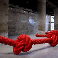 Installation : la corde à noeuds de Lilian Bourgeat